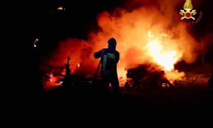 Le foto della catasta di legna in fiamme a ridosso della linea ferroviaria