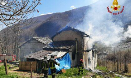 Le foto dell'incendio sviluppatosi in una casa abitata da una famiglia con quattro figli piccoli