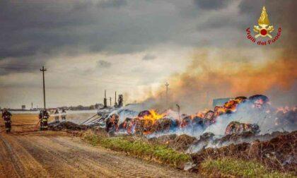 Incendio in azienda a Carmagnola: le foto dei bancali in legno e delle rotoballe in fiamme