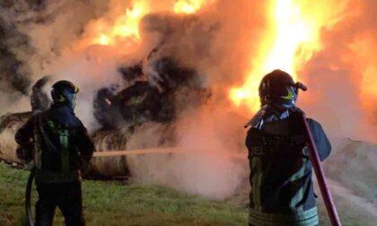 Le foto delle 100 rotoballe a fuoco a Villar Dora: una notte per domare le fiamme