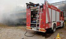 Rimorchio carico di lana prende fuoco ad Avigliana, il denso fumo invade la A32