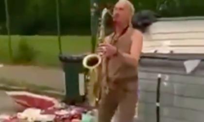 """Su Instagram spunta il video di un sassofonista che """"suona"""" in mezzo ai rifiuti a Torino"""