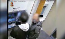 Costretto a prevelare al bancomat sotto minaccia: rapinatore incastrato dal tatuaggio sul collo