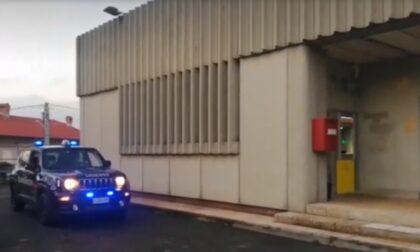 Assalta l'ufficio postale armato di coltello poi fugge con un bottino di oltre 2mila euro