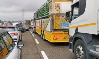 Giostrai in protesta contro le chiusure bloccano la Tangenziale di Torino
