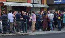 Aperitivo disobbediente e balli in piazza nel bar aperto nonostante il divieto