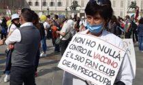 Medici e infermieri no-vax manifestano in centro contro l'obbligo vaccinale