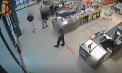 """Rapinatore con il braccio finto arrestato insieme ai complici dopo il """"colpo"""" al discount"""