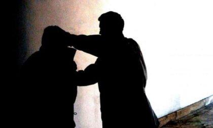 Con un taglierino colpisce una donna alla schiena alla fermata del bus: arrestato