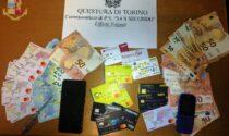 In giro in orario di coprifuoco: in tasca oltre 20 carte elettroniche di dubbia provenienza