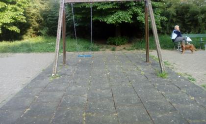 """Degrado e sporcizia nei giardini di via Azuni: """"I bambini del quartiere meritano di meglio"""""""