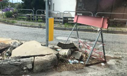 Strada Pianezza: cordolo spartitraffico completamente danneggiato, serve intervento immediato