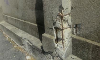 Sottopasso Donat Cattin: il muro si sta sgretolando sotto gli occhi dei cittadini