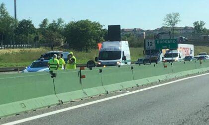 Schianto in tangenziale tra un mezzo pesante e due auto: traffico in tilt