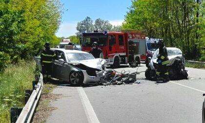 Le foto dello scontro frontale tra due vetture: automobilista estratto dalle lamiere