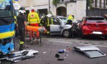 Le foto dello scontro tra un pullman Gtt e due auto: uomo incastrato tra le lamiere