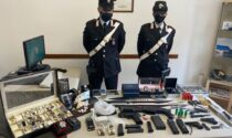 In casa aveva un arsenale: sequestrati un fucile, 2 pistole, 3 machete, 6 coltelli, 2 pugnali e 2 taser elettrici