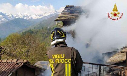 Le foto dell'incendio di un fabbricato rurale: sul posto diverse squadre dei VvF