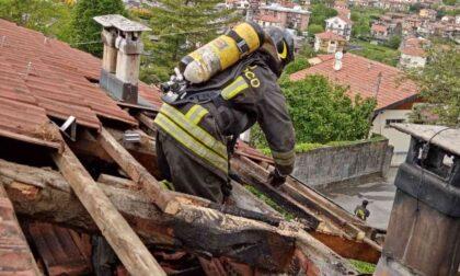 Le foto dell'incendio in una casa bifamiliare a Rubiana: in fiamme il tetto