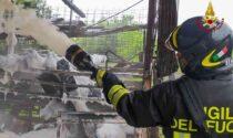 Le foto dell'incendio divampato all'interno di un maneggio