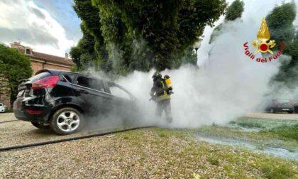 Auto in fiamme nei pressi dell'Abbazia di Casanova, arrivano i Vigili del Fuoco