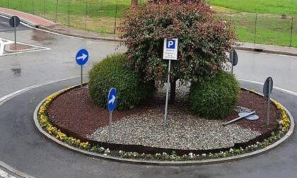 Burloni rubano segnaletica e la piantano nella rotonda… che diventa un parcheggio