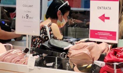 Barista no mask beccata in un negozio con la mascherina