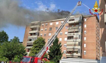 Incendio sul tetto di un palazzo: inquilini evacuati