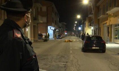Cento persone e volo di palloncini bianchi al funerale del rapinatore ucciso