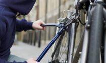 Passante mette in fuga ladro di biciclette: intercettato e arrestato