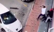L'agghiacciante filmato del pestaggio di gruppo di un migrante per strada