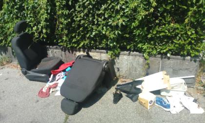 Via Bernardo Luini: tra rifiuti di ogni tipo spuntano persino due sedili di auto