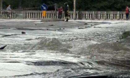 Esplode una tubatura: la strada si trasforma in una piscina e il manto stradale cede