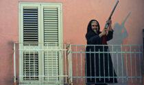 Getta candeggina alla vicina che fa troppo chiasso sul balcone, l'altra va a prendere la pistola e le spara contro
