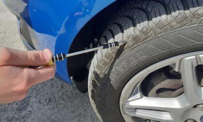 Adolescenti annoiati tagliano le gomme delle auto per divertirsi