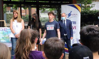 Una visita inaspettata: il rapper Shade tra i bambini e i ragazzi dei centri estivi di Spaziomibus