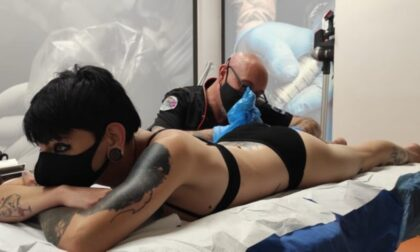 Valentina da Roma fino in Piemonte per farsi tatuare tutto il corpo