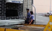 Il video dell'assalto al Bancomat con un carro attrezzi: arrestati giovani fratelli