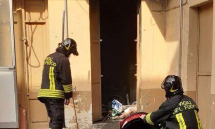 Incendio in un magazzino: evacuato l'intero palazzo