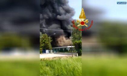 Incendio in fabbrica di vernici spray: i video degli scoppi delle bombolette