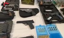 In una ditta abbandonata un arsenale di armi: fucili, kalašnikov, pistole e centinaia di munizioni