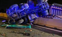 Schianto sull'autostrada A4: tir si ribalta e finisce a cavallo dello spartitraffico