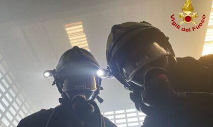 Macchinario industriale prende fuoco, incendio spento con l'uso di schiuma