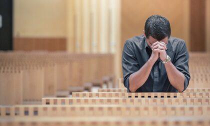 Balordo disperato ruba l'elemosina in chiesa: incastrato dal sacrestano