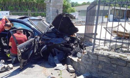 In auto contro un muro: muore ragazza 25enne, ferito gravemente un 22enne