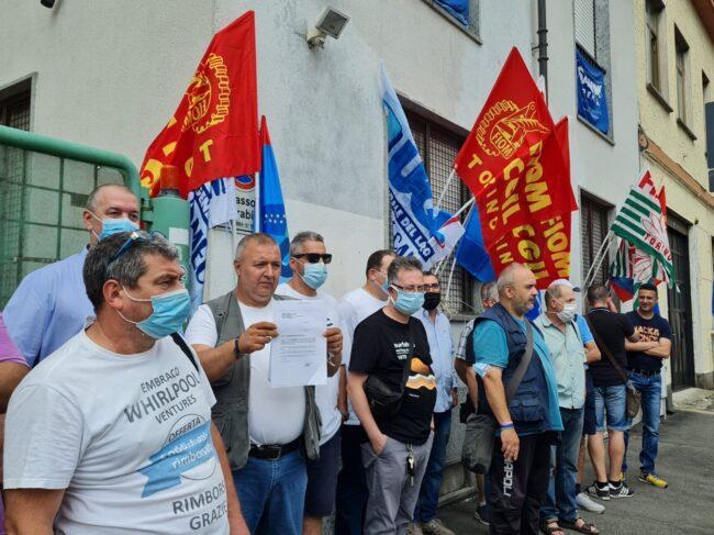 I lavoratori Embraco sotto la sede della Lega a Torino