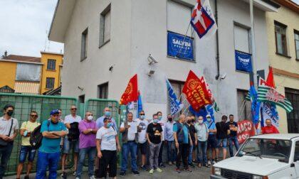 """I lavoratori Embraco sotto la sede della Lega a Torino: """"Giorgetti, vogliamo risposte subito!"""""""