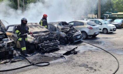 Incubo auto incendiate a Torino: 7 in centro e 10 a Mirafiori, è caccia al piromane