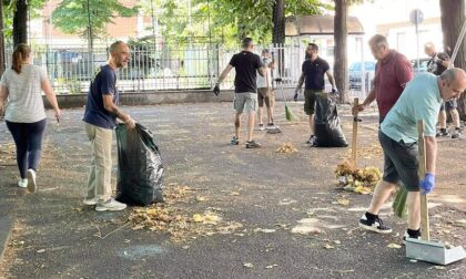 Lodevoli volontari ripuliscono i giardini di Borgata Lesna