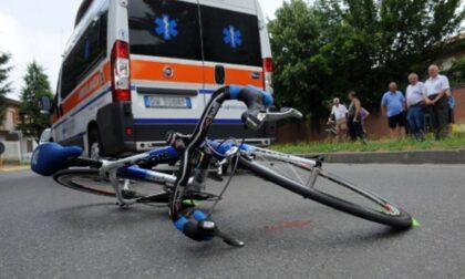 Pirata della strada investe ciclista e lo lascia agonizzante sull'asfalto